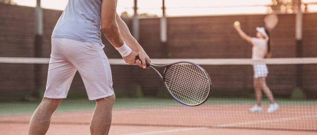 racheta de tenis. jucatori de tenis pe teren