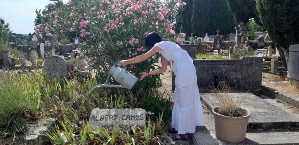 Turiștii udă mormântul modest al lui Camus Intrarea în cimitirul din Lourmarin