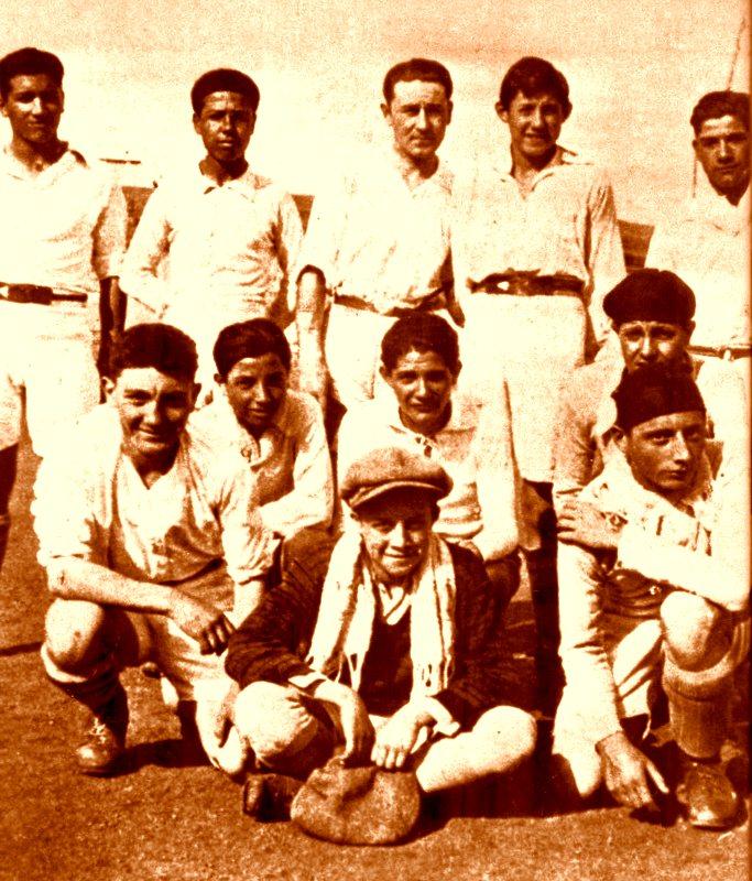 Albert Camus (medalion), într-o imagine cu echipa Racing Alger «Franța a pierdut un mare portar, dar a câștigat un mare gânditor»