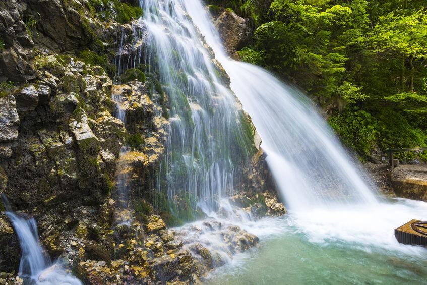 Cascada Urlătoarea - obiectiv turistic din România