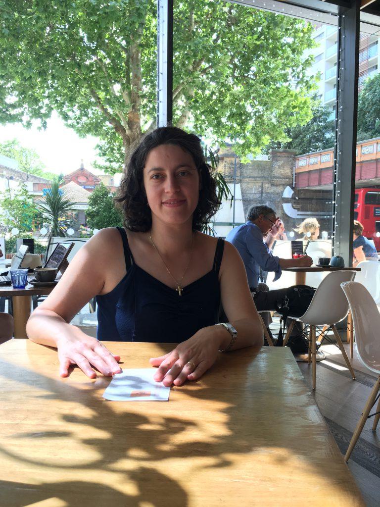 Nana Năforniță scrie povești pentru o cafenea din Londra. Scriitoarea, în cafeneaua pentru care scrie povești