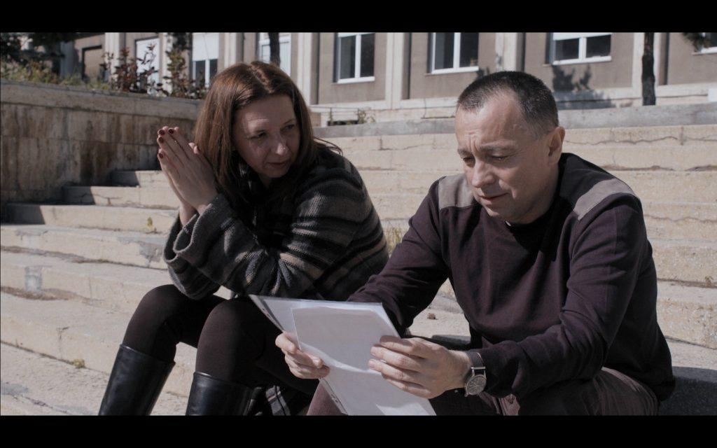 Jurnaliștii de investigație Mirela Neag și Cătălin Tolontan pe treptele institutului ICECHIM în momentul în care au avut confirmarea prin analizele că dezinfectanții Hexi Pharma sunt diluați
