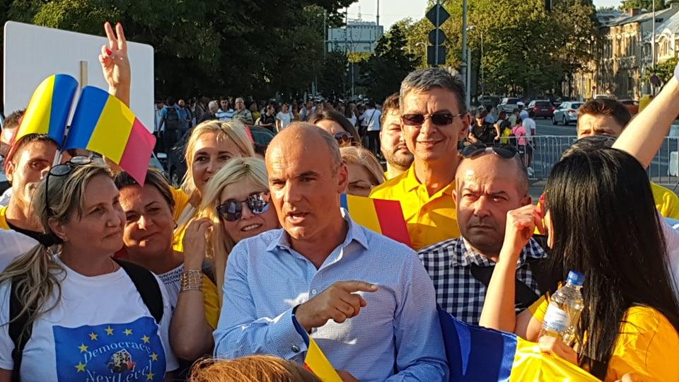 """Europarlamentarul Rareș Bogdan, în mijlocul protestatarilor din Piața Victoriei. """"Am văzut speranța că lucrurile se vor schimba în bine"""""""