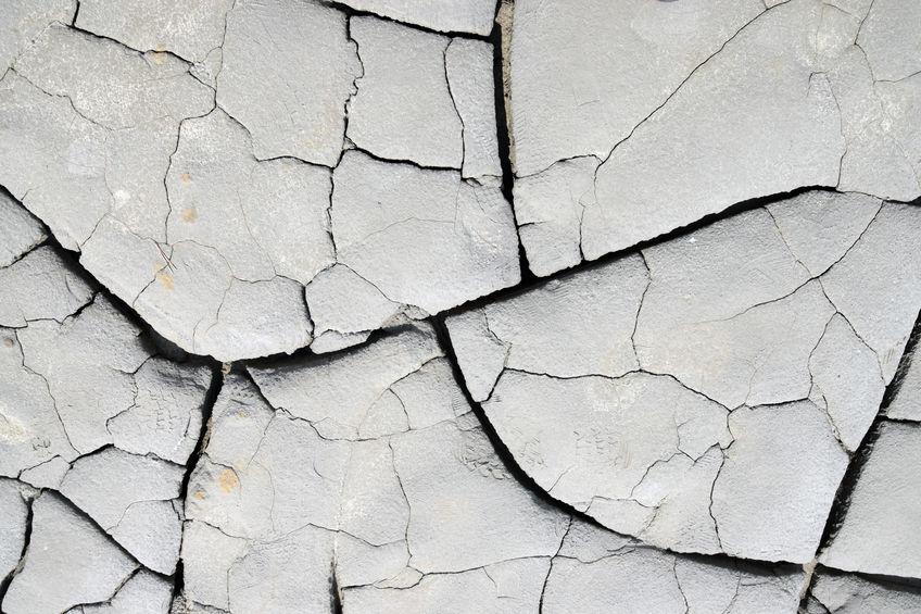 Vulcanii noroioși - sol crăpat din cauza căldurii