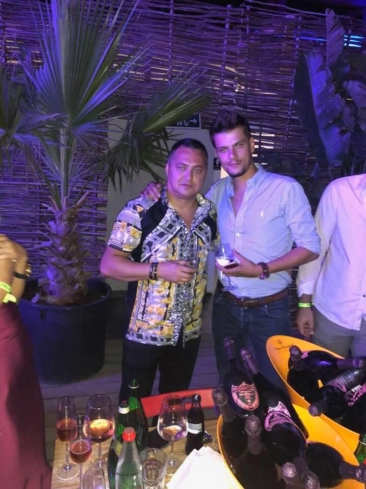 Mario Iorgulescu, alături de un prieten într-un club