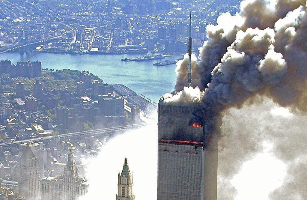 Unul dintre turnurile gemene de la New York, fotografiat cu puțin timp înainte de prăbușire