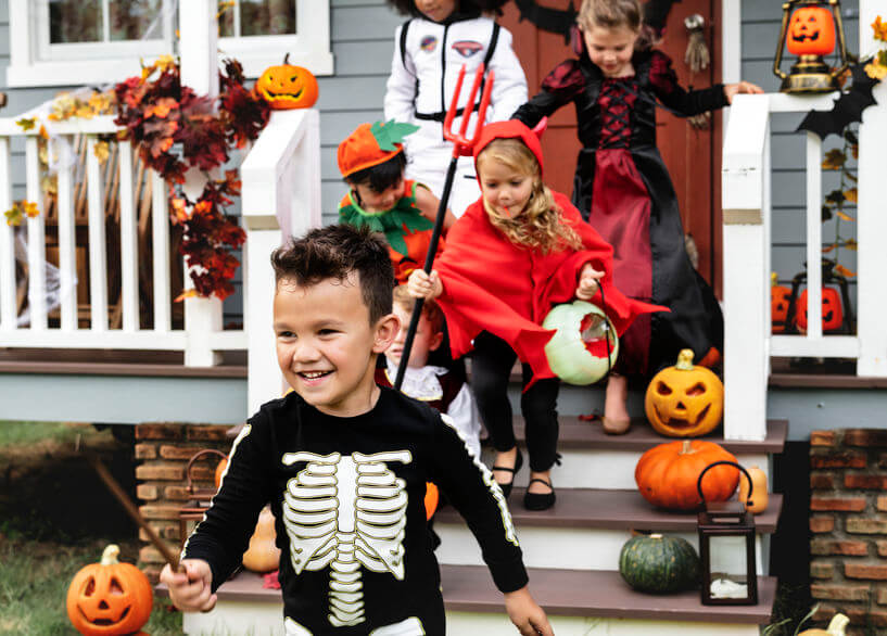 Copii costumați de Halloween