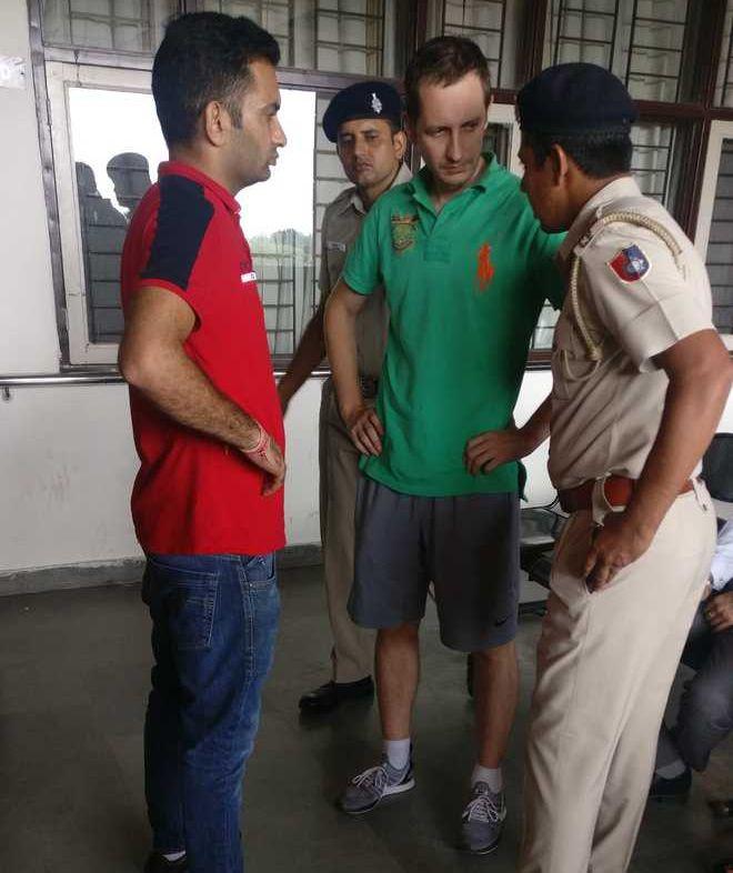 Atilla Luhos (centru), interogat de anchetatorii indieni / foto:  Tribuneindia.com