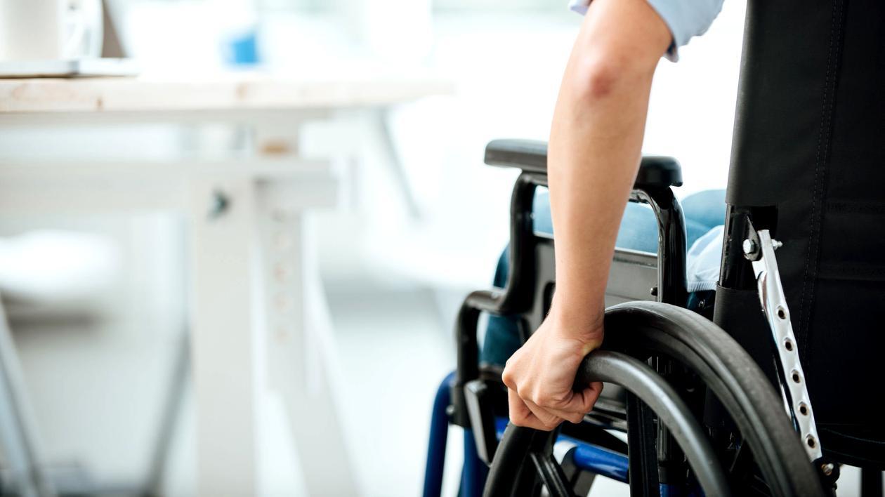 Primăria Capitalei nu mai plătește ajutoarele pentru persoanele cu handicap