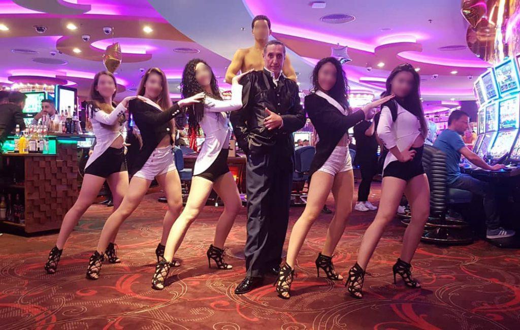 """Gigi Marian Osoloș împreună cu o parte din trupa de performanță """"Total Dance Center""""."""