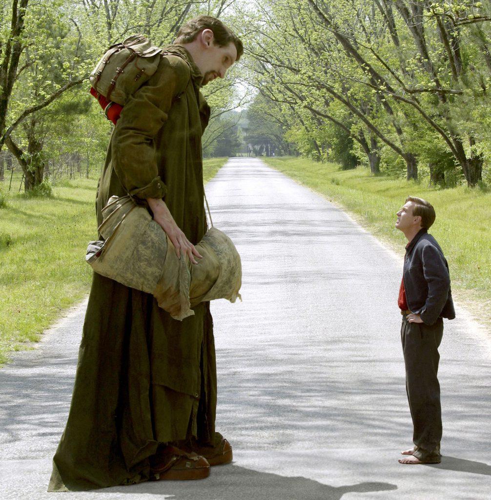 "Matthew McGrory, în ""Big Fish"", cu Ewan McGregor"
