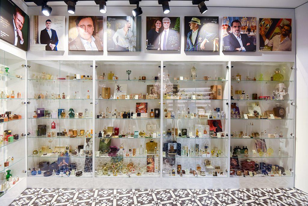 Muzeul parfumului vitrina cu sticle de parfum