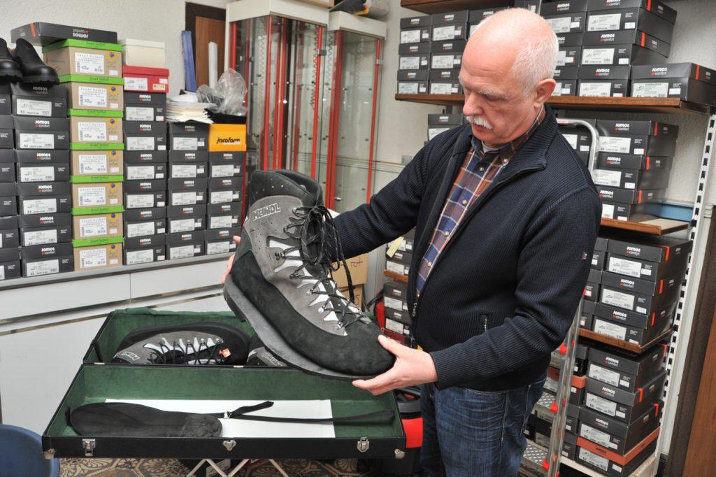 """Pantofii mărimea 69 făcuți în 2013 pentru Matthew McGrogy de o firmă din Germania care realizează pe comandă încălțăminte pentru """"uriașii"""" din toată lumea"""