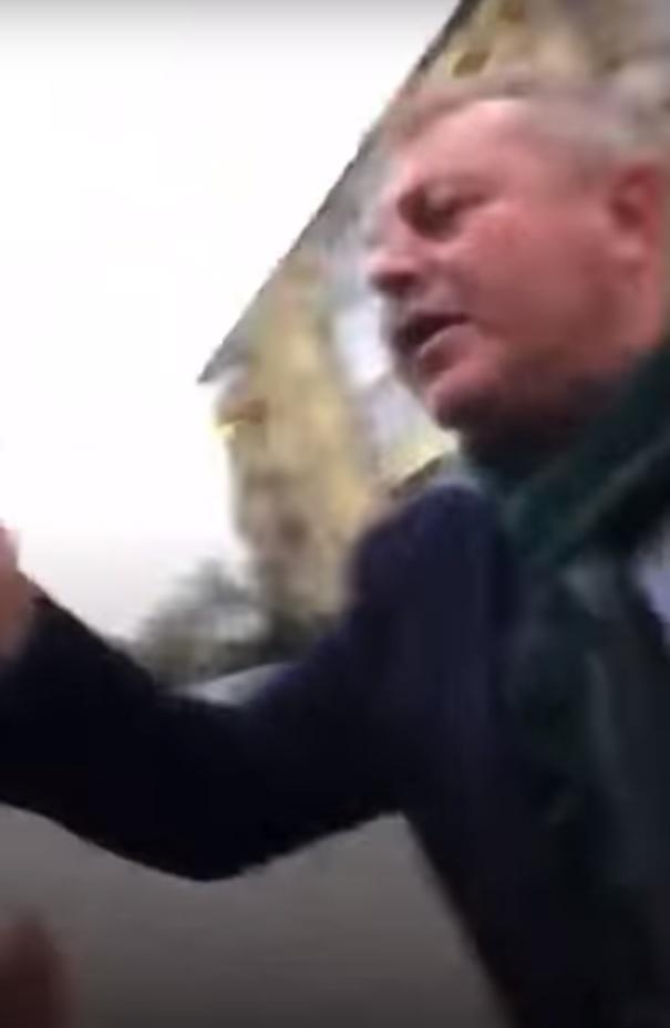 Primarul Mădălin Teodorescu, filmat înainte de a-l lovi pe tânăr / sursă foto: captură video Facebook