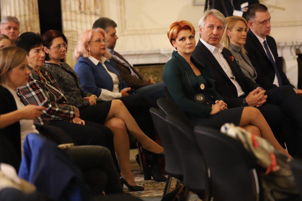 Foștii miniștri Lia Olguța Vasilescu, Eugen Teodorovici, Mihai Fifor, împreună cu primarul Gabriela Firea asistă la dezbatere