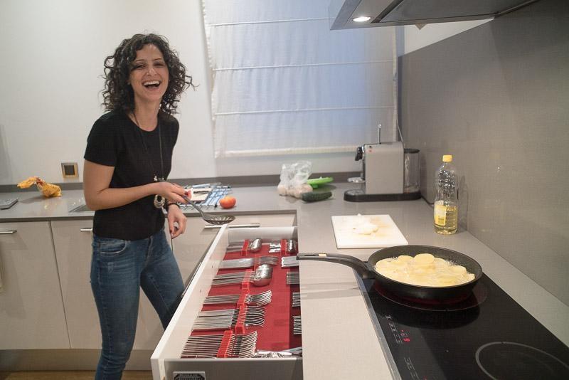 Oana gătește tortilla de patatas în apartamentul său din Castellón de la Plana, aprilie, 2019