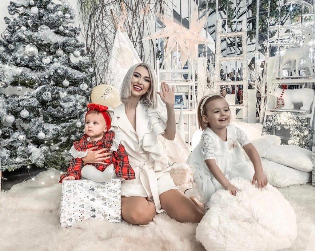 Andreea Bălan și fiicele ei, în casa decorată de sărbătoare
