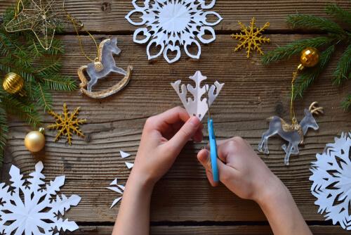 Cum faci decorațiuni din hârtie pentru Crăciun