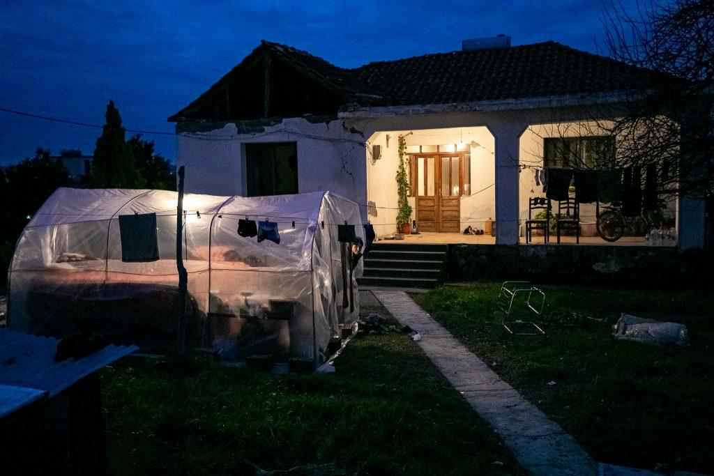 Pentru că nu mai poate locui în casă, o familie s-a mutat într-un cort de