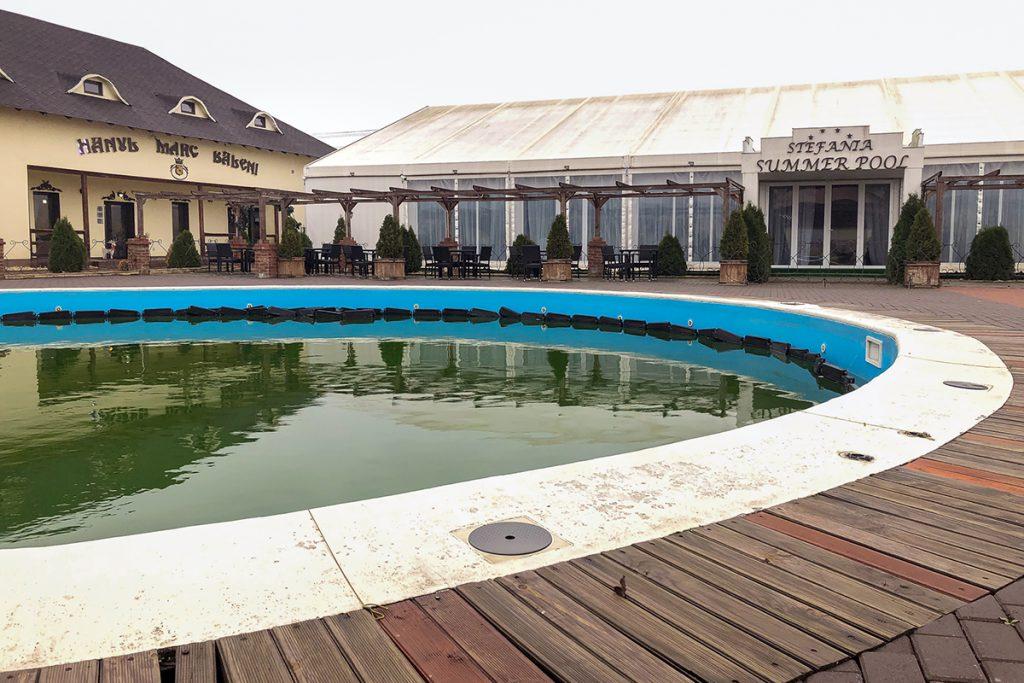 Hanul Mare din Băleni - piscina de la han