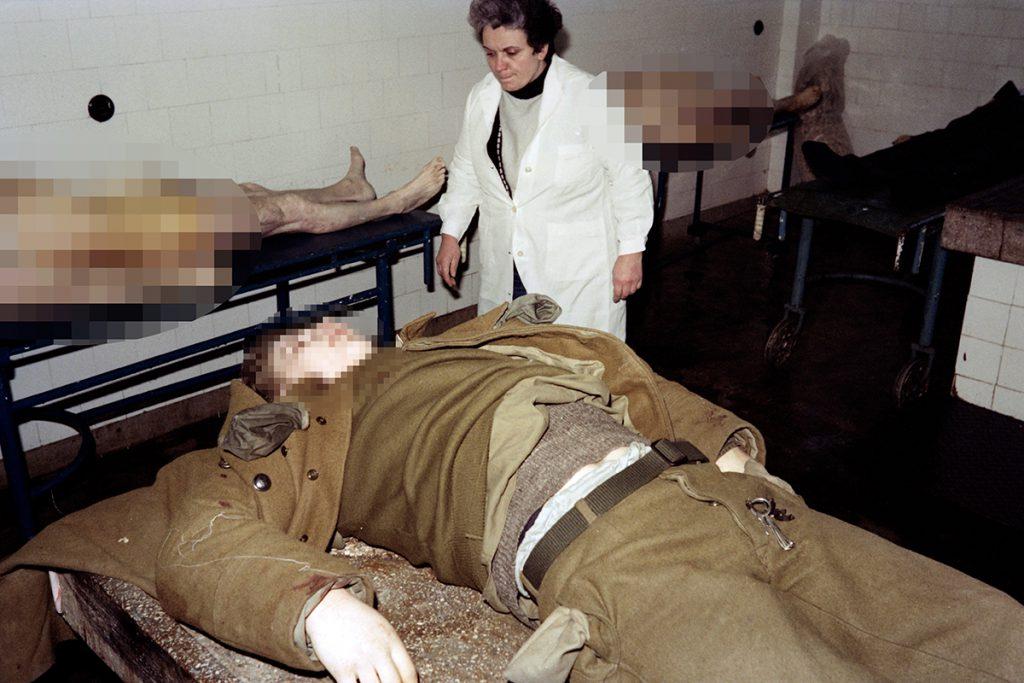 Revoluția din Timișoara - imagine cu morti si asistenta la morga din timisoara
