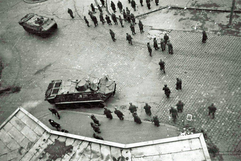 Revoluția din Timișoara - tancuri si soldati in piata operei