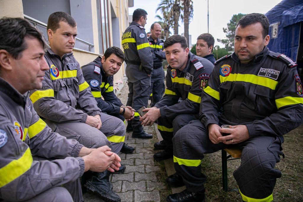 Daniel Gheorghiță (dreapta) spune că în timpul misiunilor nu trebuie să se gândească la propriile probleme