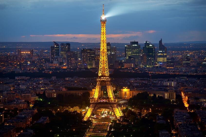 Cum luminează Turnul Eiffel noaptea
