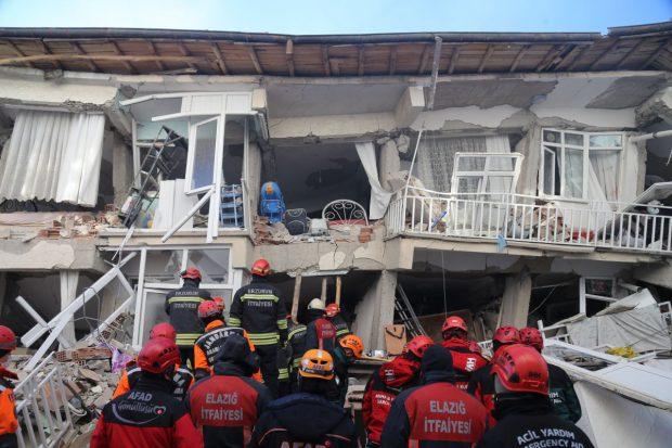 Imagini dramatice de la cutremurul violent din Turcia: 22 de morți, 1000 de răniți, clădiri prăbușite și peste 200 de replici. Un nou seism de 5,1 grade s-a produs la mai puțin de o zi