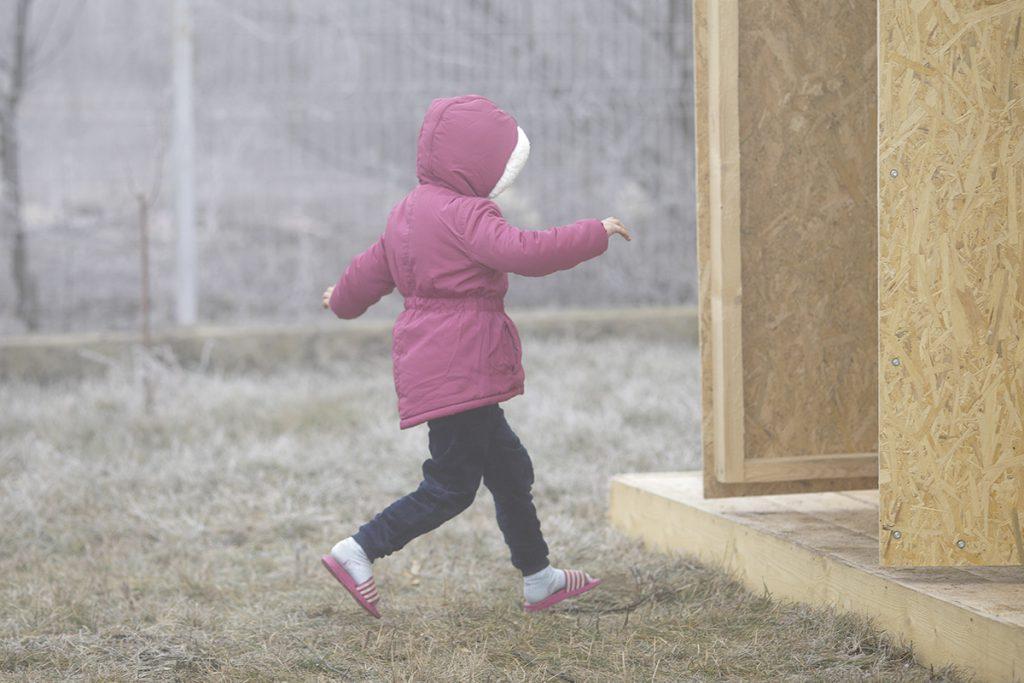 Ministrul Educației, vizită neanunțată la tre - copil in papuci merge la toaleta in curtei școli din Ialomița