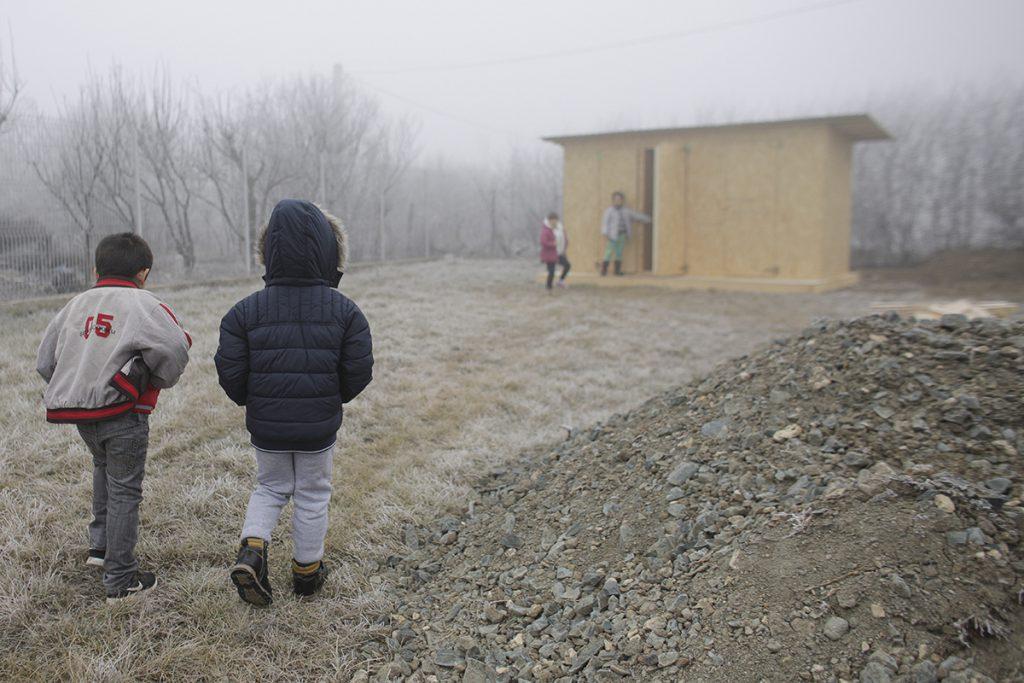 Ministrul Educației, vizită neanunțată la trei școli din Ialomița - toaleta din curtea gradinitei