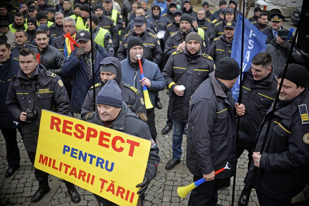 pensionarea la 70 de ani - manifestație a celor din ministerul de interne