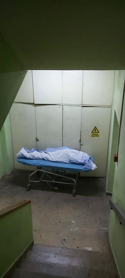 Morți lăsați pe scările interioare la Spitalul Universitar de Urgență - cadavru pe scari