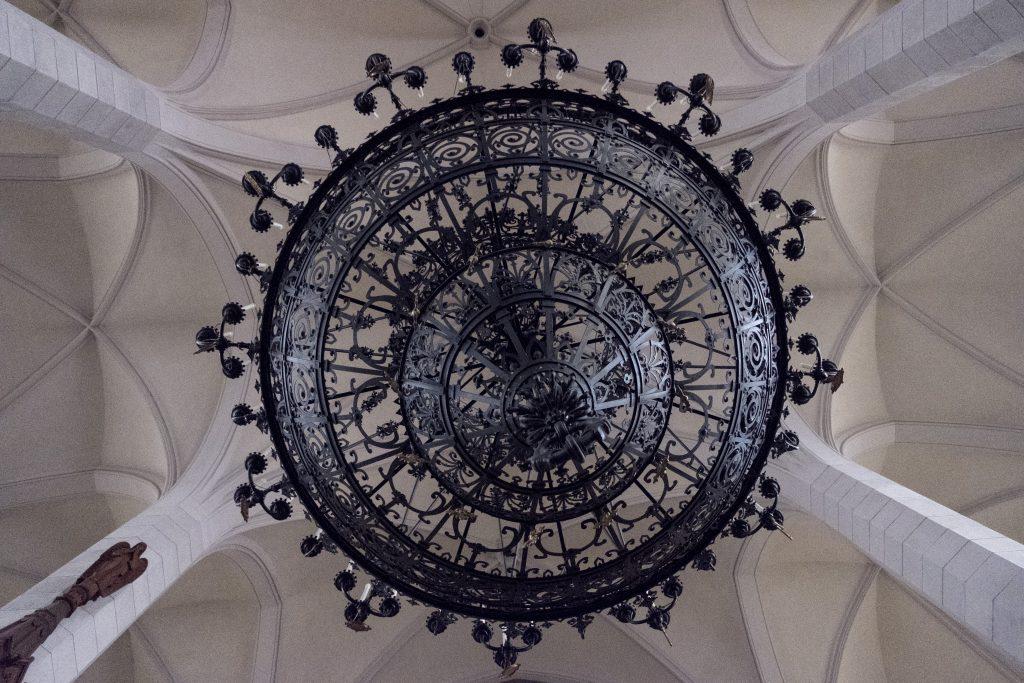 Potrivit lui Biro, candelabrele enorme din biserica trebuiau să fie în parlamentul de la Budapesta, dar pentru că au fost prea mari pentru a intra pe ușa clădirii, au ajuns în schimb în Ditrău.