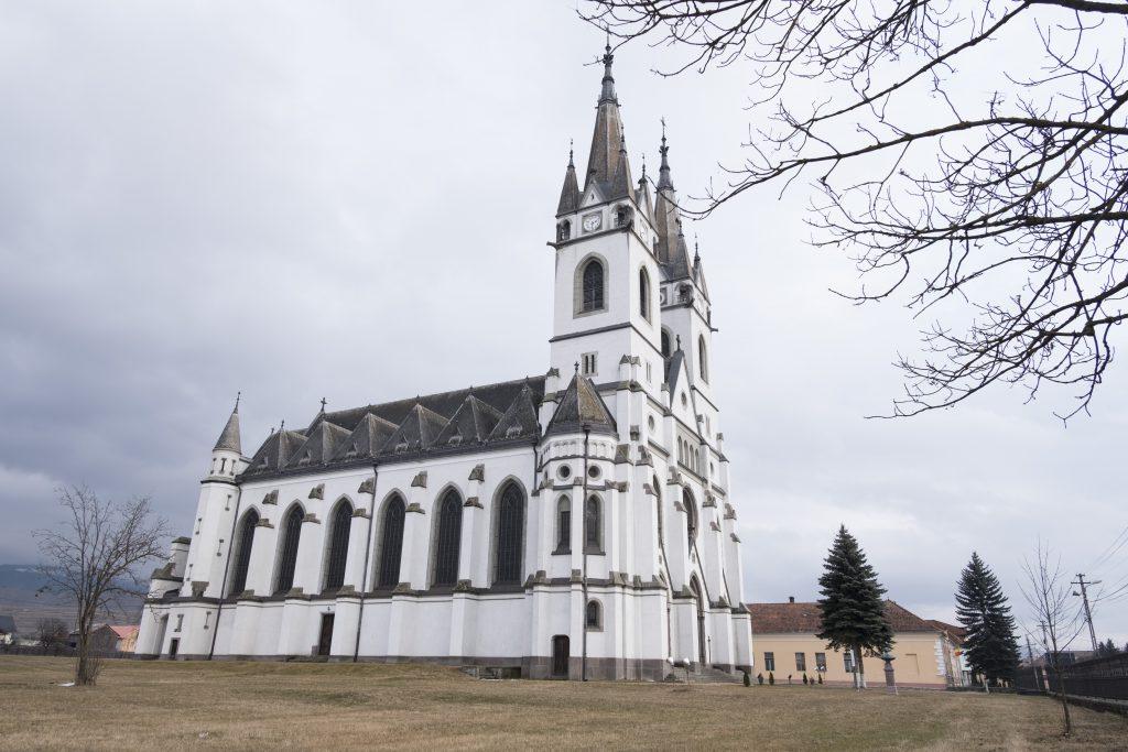 Biserica fortificată e primul lucru care se vede de departe când conduci spre Ditrău. De aproape e și mai impunătoare.