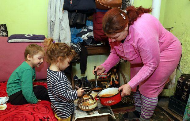 """""""Parasite"""" în pădurile României. O familie trăiește într-un grajd și speră că într-o zi își va putea construi o casă doar pentru ea"""