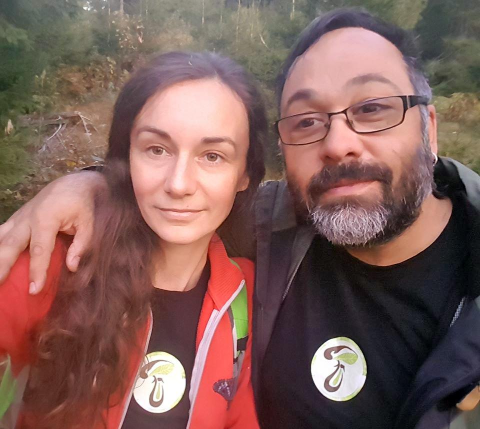 """Viața fără supermarket: o româncă și un spaniol emigrat în România îi învață pe oameni ce plante sălbatice să culeagă ca să se hrănească: """"Pădurea e casa noastră, nu orașul"""""""