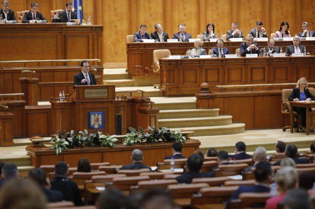 Sondaj: 80% dintre români cred că politicienilor nu le pasă de cetățeni. 44% sunt dispuși să dea mită
