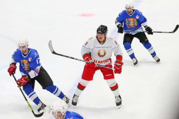 """Lumea arde, iar președintele Belarus, Aleksandr Lukaşenko, joacă hochei. """"Sportul e cel mai bun antivirus"""", crede liderul de la Minsk"""