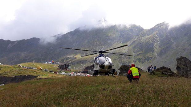 Misiune dificilă în munți. Un turist s-a rănit grav după ce a fost fugărit de un urs. Victima a fost preluată cu elicopterul