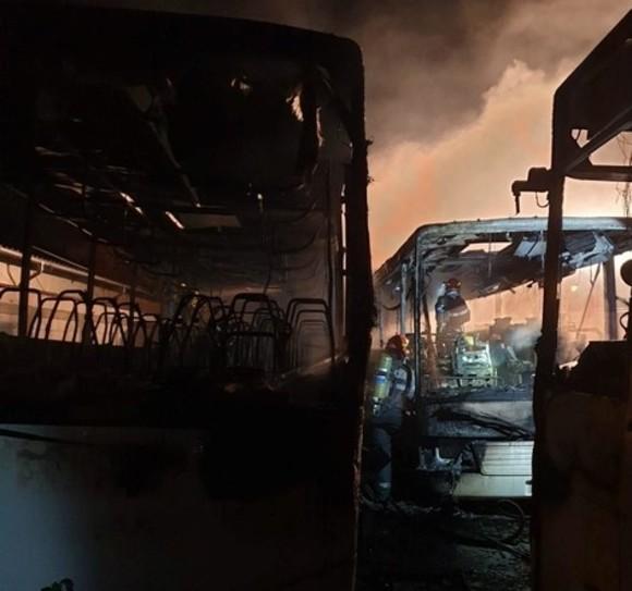 VIDEO   Trei autobuze au fost incendiate în Târgoviște.  Focul a fost pus intenționat