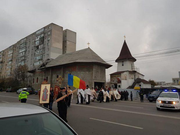 Un preot din Constanța a fost condamnat după ce a ridicat o biserică fără autorizație. Stâlpul de iluminat trece prin acoperiș