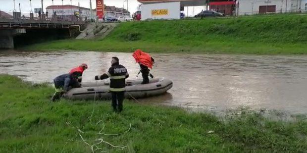 Pompierii au reluat căutarea fetiţei de 4 ani, căzută în râul Cibin în urmă cu trei zile
