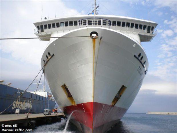 Doi muncitori români de pe un vas spaniol, accidentați grav în portul din Tenerife. Un membru al echipajului a murit