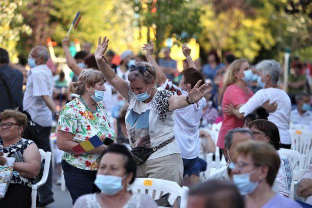 """Hore și aglomerație în Parcul Sebastian din Capitală, la spectacolul organizat de primarul Daniel Florea: """"Să vedem dacă ne îmbolnăvim sau nu. Suntem curioase"""""""
