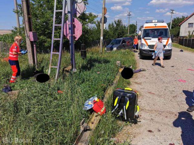 O mașină a fost lovită de tren în județul Bacău. Trei persoane au murit, iar două au fost rănite