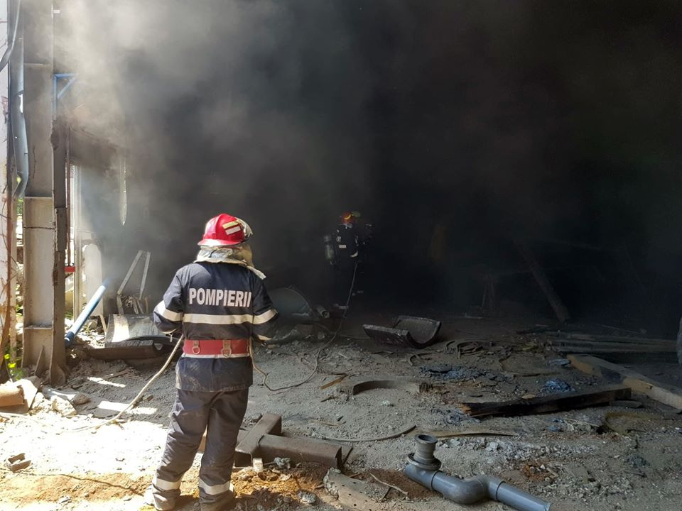 Incendiu la o hală dezafectată a termocentralei Doiceşti din Dâmbovița. Locuitorii din zonă avertizaţi prin RO-ALERT