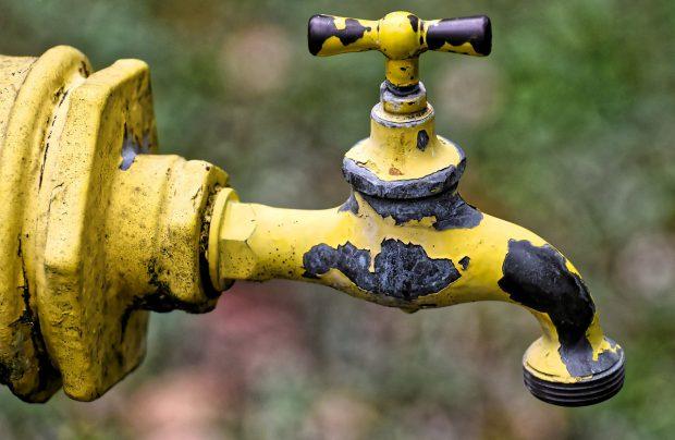 Locuitorii din Balotești au apă cu țârâita la robinet. Se invocă seceta iar pe țeavă nu e apă jumătate de zi