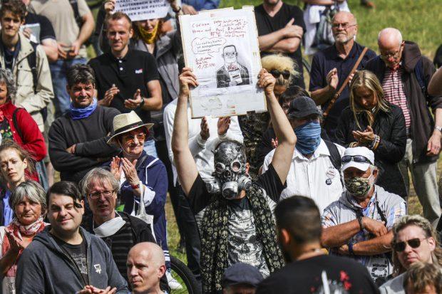 Germanii care nu cred în COVID-19 protestează la Berlin