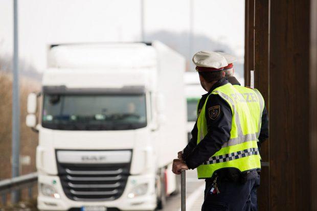 Camion frigorific cu zeci de imigranți luați din România, descoperit de poliția austriacă. Cât plătiseră pentru drum